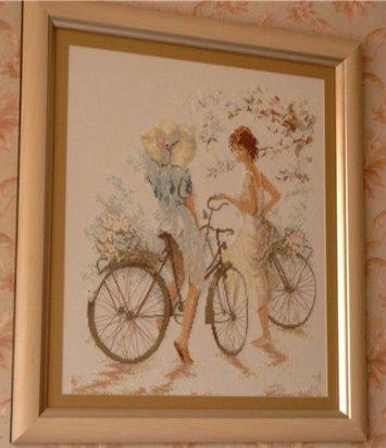 Вышивка девочки на велосипедах